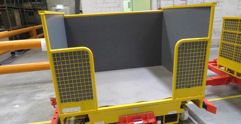 Sondergitterbox für Produktionslogistik mit Auskleidung aus PP-Platten